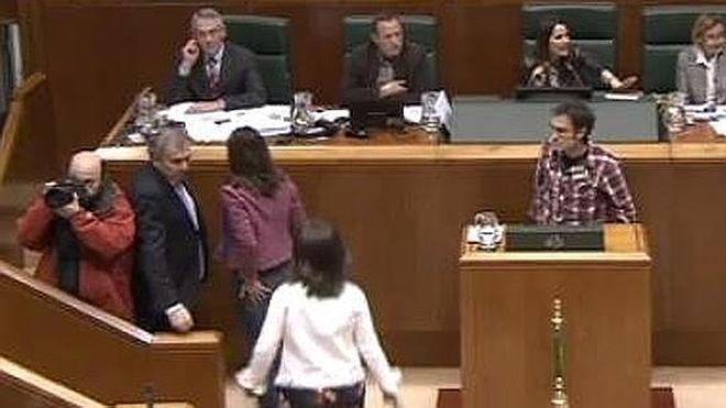 Bronco debate en el Parlamento Vasco con acusaciones de «falangista», «terrorista» y «corrupto»