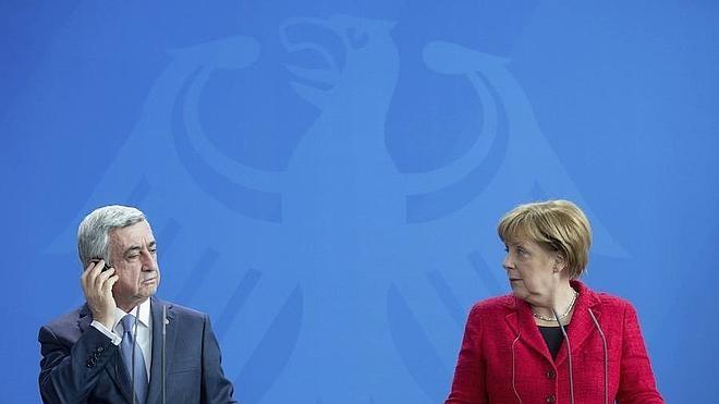 Angela Merkel y Serge Sargsián, por el alto al fuego en Nagorno-Karabaj