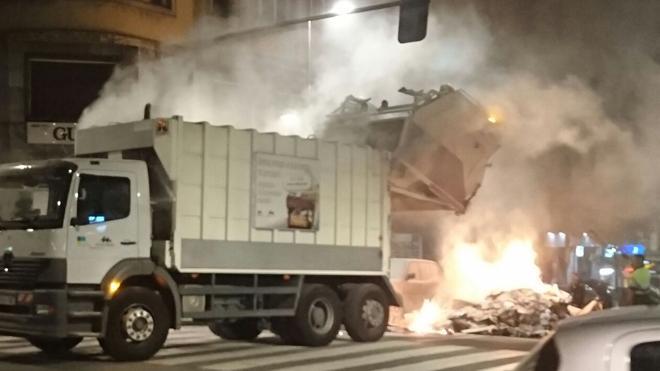 Calcinado un coche tras arder un camión de basura en Irun