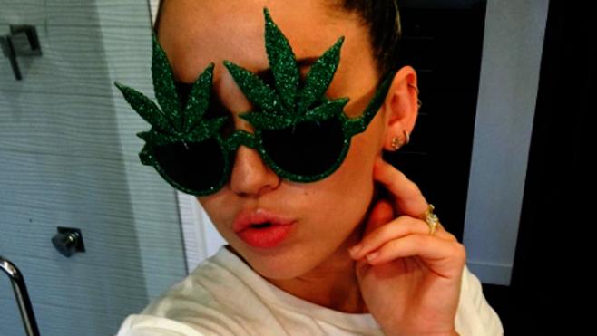 Miley Cyrus cumple años rodeada de color